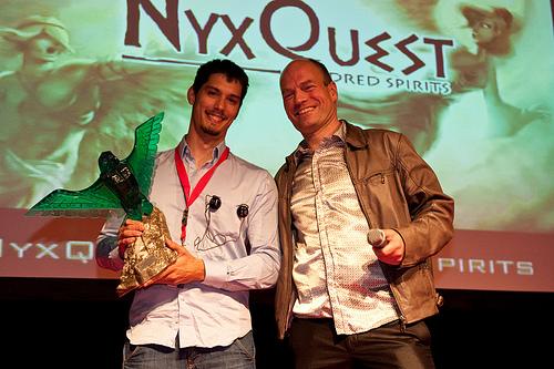 nyxquest recogiendo el premio
