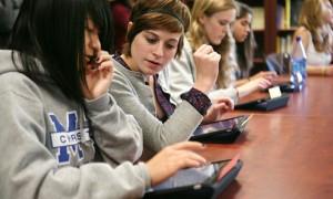 jovenes utilizando tablet